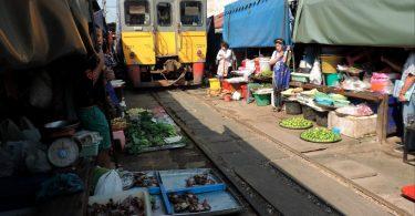 El Mercado de Mae Klong, una feria en las vías del tren